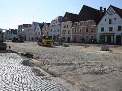 Rekonstrukce náměstí jde do finále. Parkoviště po dokončení nabídne sto míst.