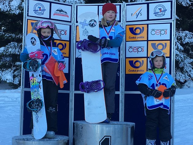 Karolina Šperlová (uprostřed) po vítězném závodě v Lipnu.
