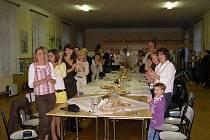 Pedagogové se sešli při závěrečném posezení ve školní jídelně, kde jim děti zpříjemnily večer hudbou a zpěvem.
