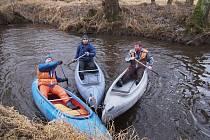 Uzavírání řeky Mže.