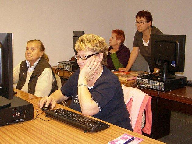 Kurz internetové výuky pro seniory se tento týden koná ve stříbrské knihovně.