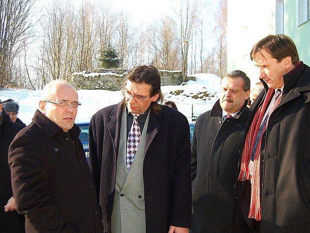 SETKÁNÍ. Ministr pro místní rozvoj Kamil Jankovský (vlevo) jednal v pátek se starostou Milířů Janem Terelou.