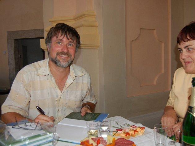 MIROSLAV TRÉGLER v pátek podepisoval svoji druhou knihu, která se jmenuje Blízké krajiny západních Čech 2 aneb Krajinami od Českého lesa k Brdům.