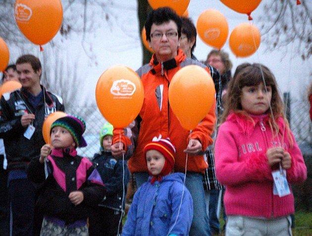 Balónky vypouštěli také před budovou obecního úřadu v Cebivi.