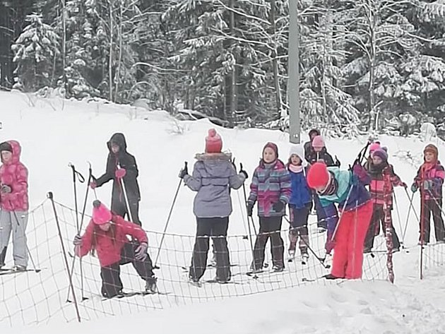 Děti ze Základní školy Hornická Tachov se učily běžkovat. Výlet jim zajistila partnerská škola zPlössbergu.