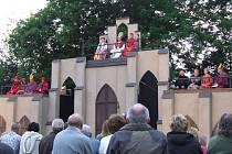 Divadelní představení sehrálo sedmdesát lidí a polovinu tvořily mluvící role.