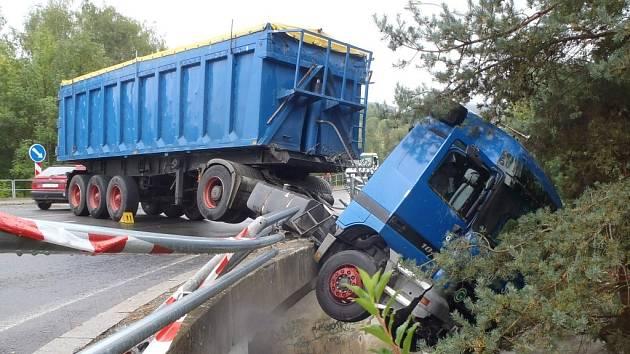Kamion zůstal viset z mostu nad řekou.