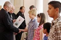 Nejlepší žáci a nejúspěšnější reprezentanti tachovských škol byli oceněni představiteli města.