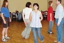 Poslední zkouška před plesem se konala ve středu v sále kina Mže. Někteří účastníci trénovali i na country bálu.