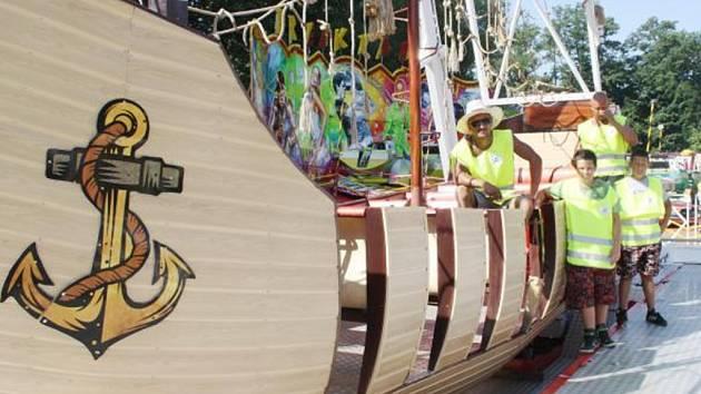 MEZI NOVÝMI atrakcemi, které rodina Schmiedova přivezla letos na slavnosti do Tachova, je tato velká houpací pirátská loď.