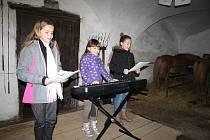 Při vánoční besídce hráli, zpívali a recitovali ve stáji