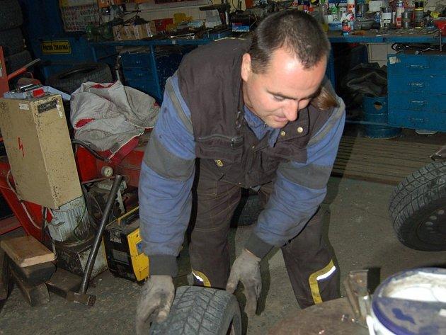 Miroslav Kofl z tachovského pneuservisu právě vyměňuje pneumatiku. Kromě nafoukání ji musí i vyvážit