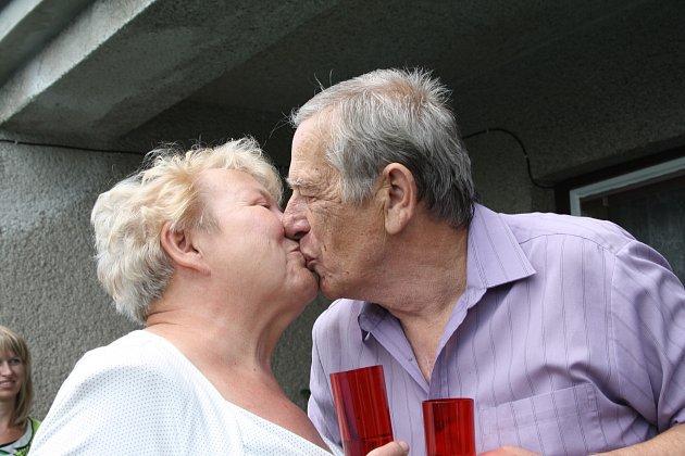 Helena a Jaroslav Vodrážkovi ze Stříbra spolu v sobotu oslavili zlatou svatbu. Ke slavnosti patřil neodmyslitelně manželský polibek.