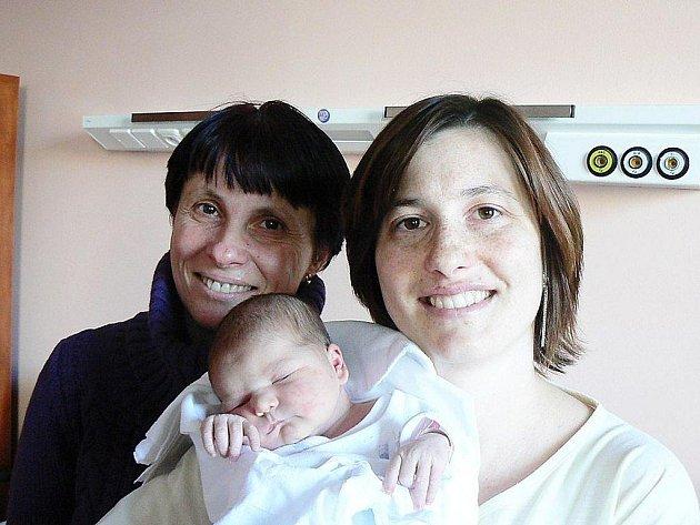 Terezka Švantnerová (3,35 kg, 49 cm) se narodila 1. února v 10.21 hod. ve FN v Plzni. Holčička je první dítě rodičů Michaely a Františka z Plzně a první vnouče prarodičů z obou stran. Na snímku je také  šťastná babička Iva ze Stříbra.
