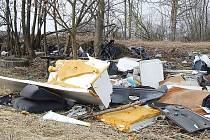 LEDNICE, SEDAČKY Z AUT a další odpad padesát metrů od cedule s nápisem rezervace u obce Tisová.
