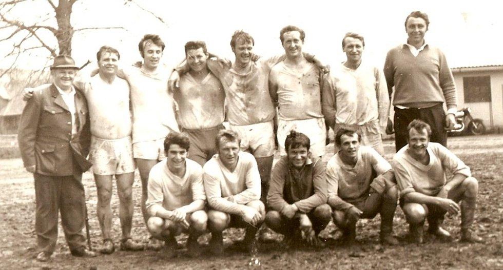 A-mužstvo TJ Hraničář Částkov v sezoně 1967/68.