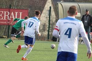 Poslední mistrovský zápas pod koučem Krausem absolvovali fotbalisté Baníku Stříbro (v bílém) v březnu na hřišti Horní Břízy.