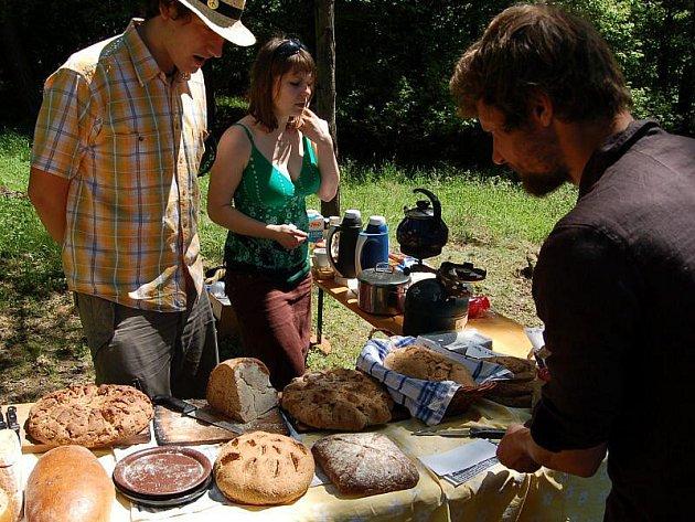 Poutníci ochutnávali chléb
