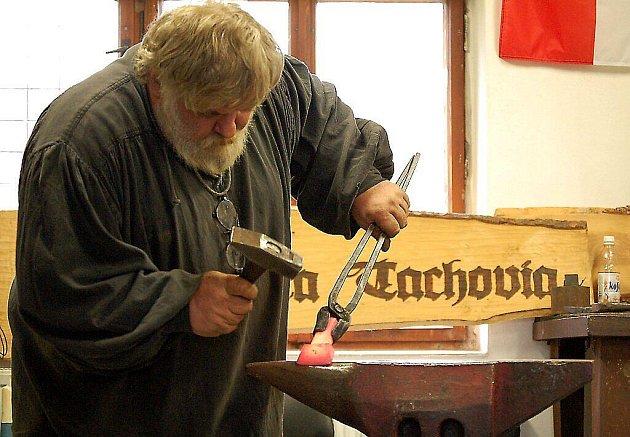 KOVAŘINA JE MU KONÍČKEM. Bohuslav Ježdík (na snímku) také jezdí předvádět svůj um na akce pořádané pro veřejnost, kde se zájemci mohou seznámit s tradičními řemesly.