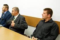 Instruktoři parašutistického výcviku Miroslav Bureš (vlevo a Lukáš Drašar (vpravo) čelí obžalobě, která je viní ze zanedbání povinností. Podle ní bylo příčinou loňského neštěstí na letišti v Erpužicích.