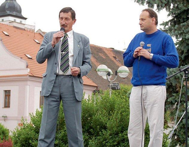 Starosta Miroslav Nenutil (vlevo) informoval občany Stříbro o záměru zřídit městskou policii na Dni s Deníkem, který se konal ve městě toto pondělí.