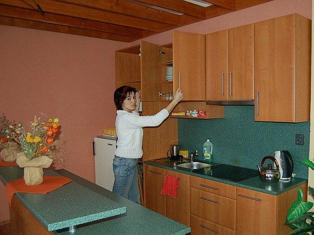 Nově vybavenou a zařízenou kuchyňku v opravené společenské místnosti kulturního domu ve Studánce nám ukázala Vladana Dvořáková z Obecního úřadu ve Studánce.