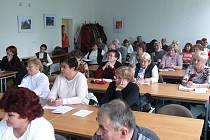 Studenty Univerzity třetího věku zaměstnanci vzdělávacího střediska Revis v Tachově.