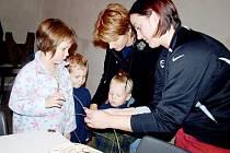 Děti z Víchova vyráběly ozdoby z proutí.