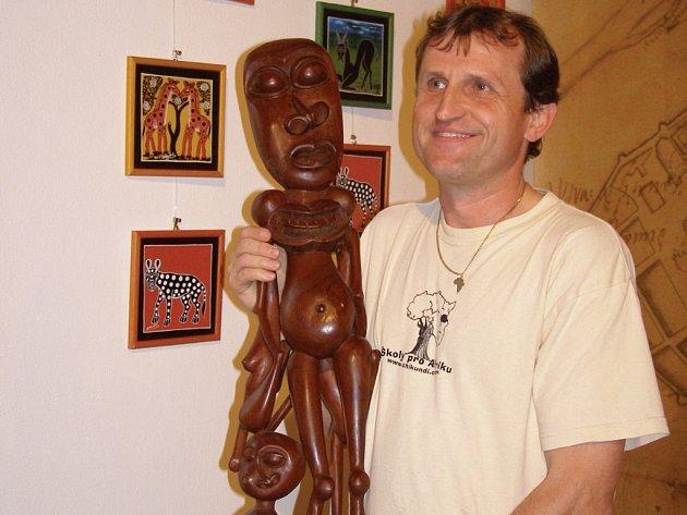 Unikátní výstava nazvaná Umění afrických Makondů a Chewů začala v Městském muzeu ve Stříbře. Její autor Miroslav Širš (na snímku s figurkou Shetani) žil pět let na jihu Afriky.