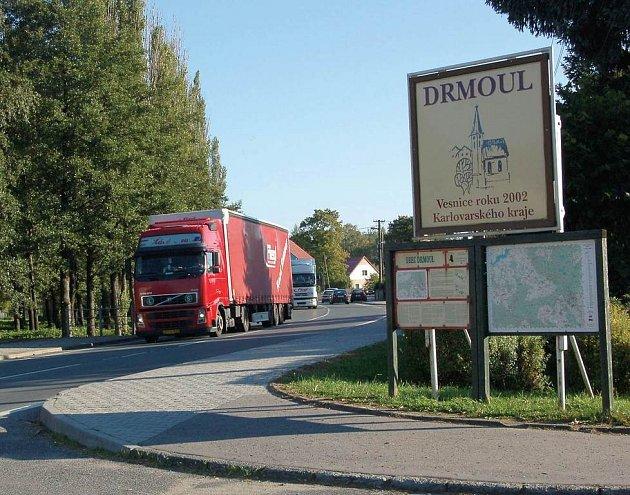"""Vesnici roku 2002 Karlovarského kraje – Drmoul, ničí kamióny. Lidé mají strach z bezohledného jednání řidičů nákladních aut. Ti obec mezi sebou nazývají nazývají """"rychlá""""."""