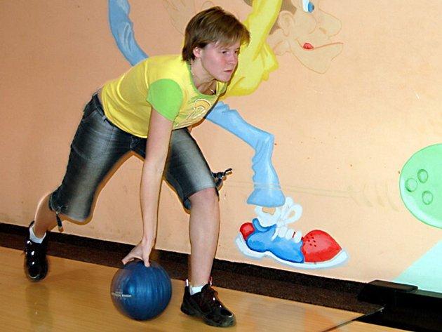 Bowlingového turnaje  týmů  dobrovolných hasičů se v Boru zúčastnila také Hana Fejlová (na snímku) z Plané.