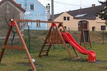 HŘIŠTĚ V Boječnici je zatím skromné. Místní děti si zde mohou hrát. Vyhraněna je i volná plocha, například na kopanou.