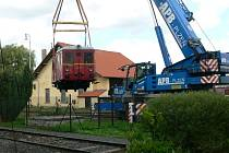 HISTORICKÝ MOTOROVÝ vůz zvaný Hurvínek, byl ve středu přeložen na expoziční kolej železniční stanice v Bezdružicích.