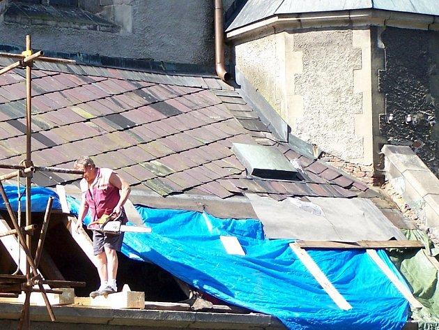 Zatím poslední úpravy na tachovském kostele Nanebevzetí Panny Marie se uskutečnily v loňském roce. Dělníci opravovali část střechy severní lodi.