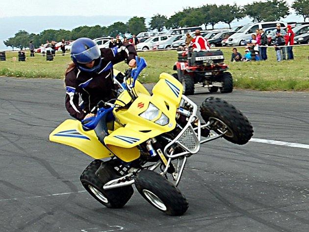 Více než tisíc návštěvníků se v sobotu zúčastnilo tradiční přehlídky tuningových vozidel, silných motocyklů a kaskadérských kousků.