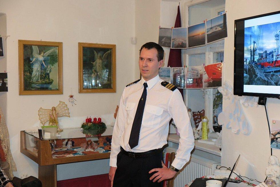 PETR SOVIČ BRÁZDÍ  světová moře na námořní lodi Marlow Navigation, kde dělá 1. palubního důstojníka.