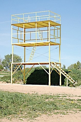 Tuto věž budou muset motokrosaři nejspíš odstranit.