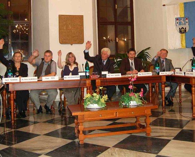Městské zastupitelstvo (na snímku) se bude zabývat výběrem partnera pro revitalizaci vojenského území.