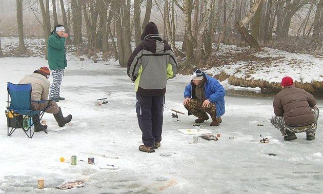 Zimní rybářské závody uspořádal v sobotu na svém rybníku ve Velkých Dvorcích Radek Tobiáš.