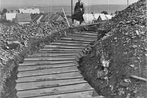Uložení rakví Snímek poskytl František Soukup