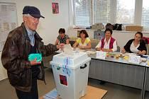 Doslova v první minutě po otevření dveří volební místnosti okrsku číslo 6 v Tachově přišel odevzdat svůj hlas při senátních volbách Stanislav Kovář.