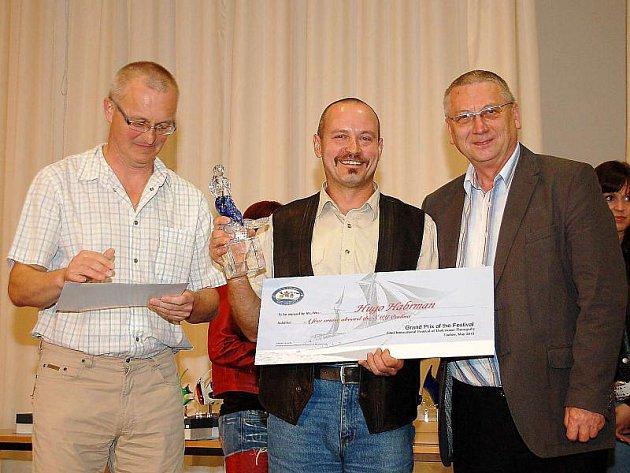 VÍTĚZ. Hugo Habrmann (uprostřed) převzal cenu Grand Prix na dvaatřicátém ročníku festivalu potápěčské fotografie a filmu PAF Tachov.