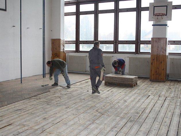DĚLNÍCI V TĚCHTO dnech strhávají původní podlahu tělocvičny v Základní škole ve Starém Sedlišti. Tělocvičnu čeká rozsáhlá rekonstrukce.