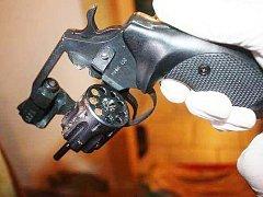 Zabavené drogy a zbraně při razii ve Stříbře