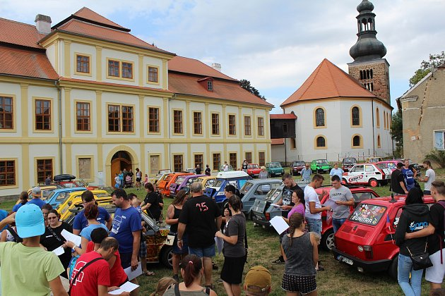 Jednou ze zastávek byl zámek ve Svojšíně.
