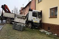 Nákladní automobil přistál při nehodě v obývacím pokoji
