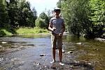 Rybář Matěj Houška při natáčení Pod splavem za časů Oty Pavla.
