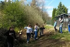 Školáci ze Základní školy v Konstantinových Lázní chtějí vyčistiti a zrevitalizovat potůček, který nedaleko jejich školy protéká. Místo by se mohlo stát oblíbeným cílem procházek místních.