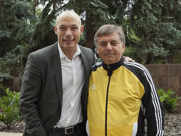 Manažer mužstva rozhodčích Gambrinus ligy Miroslav Svoboda (vpravo) se letos setkal s Howardem Webbem, anglickým rozhodčím, který řídil například finále Mistrovství světa v Jihoafrické republice v roce 2010
