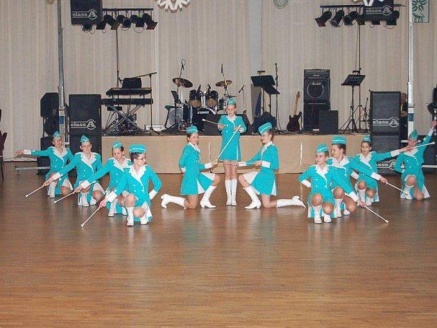 O předtančení na Plese zahrádkářů v Tachově se postaraly mladé mažoretky.